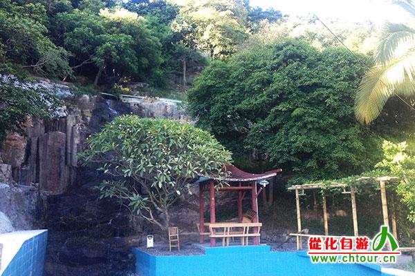 带瀑布的别墅图片